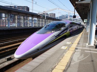 写真:500 TYPE エヴァ新幹線に乗ったら空の上では空港ガチャ