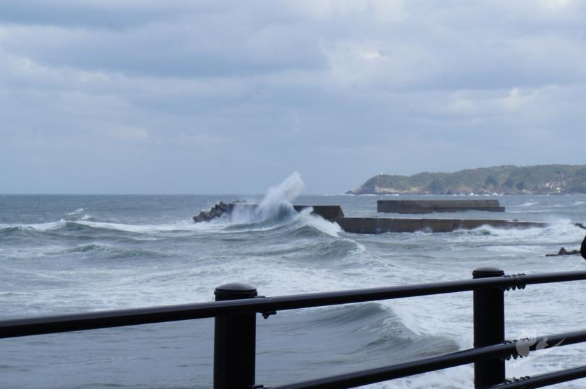 鳥取某所に打ち寄せる波
