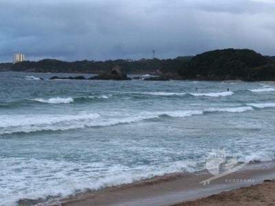 写真:9月7日 伊勢 上下ビキニのみで入ったら青いアイツ出現で恐怖の波乗り