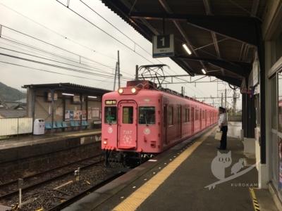 写真:9月7日 磯ノ浦 雨の中ビキニTシャツで電車サーフィン
