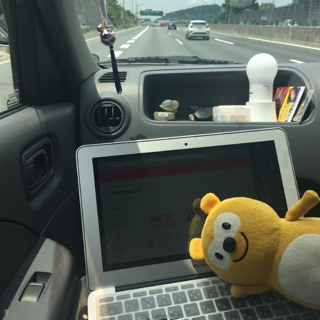 鳥取サーフトリップの車中で仕事