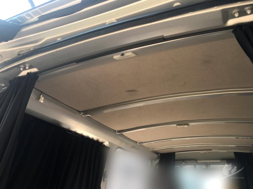むき出しのバンの天井を車中泊仕様へ改造