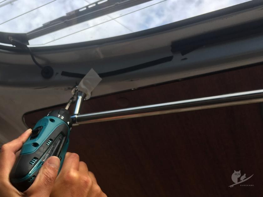 リアゲートにウェットスーツ吊るしバー設置