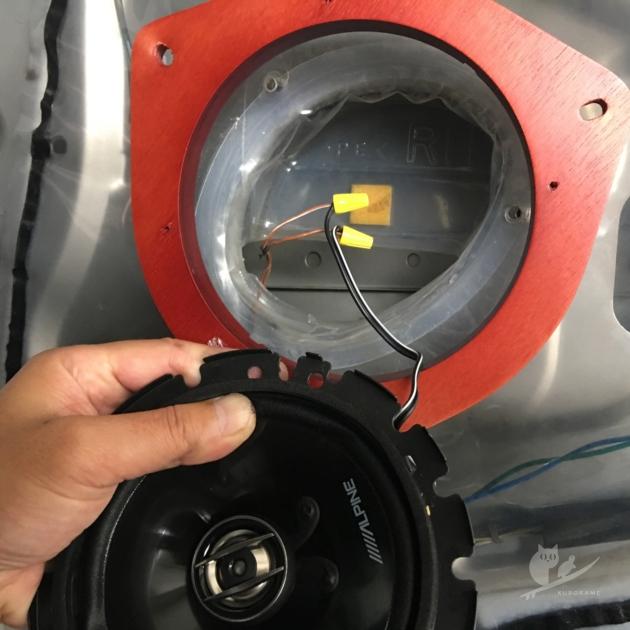 スピーカーの穴に対して明らかにデカすぎるバッフルボード