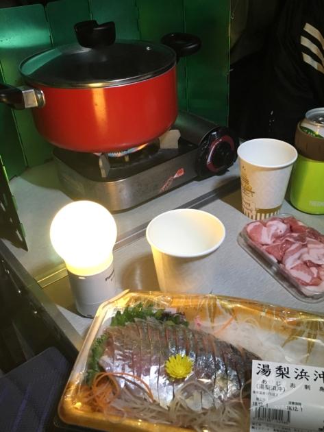 車内で鳥取産の魚と車中泊鍋宴会