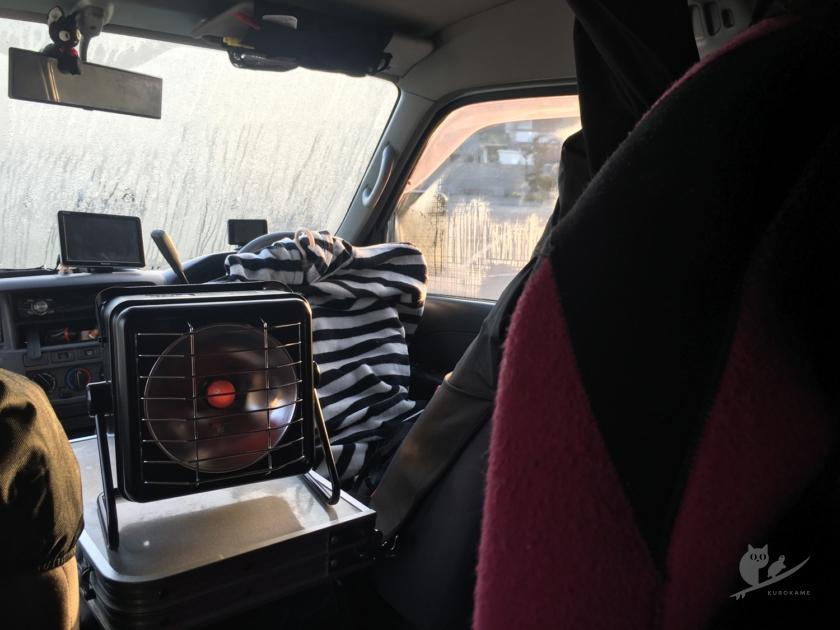 車中泊から起きてカセットガスヒーターで暖をとる