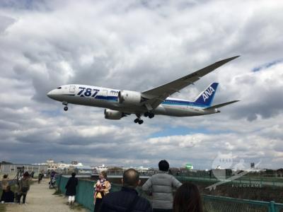 写真:大阪で飛行機見るなら真下で見られる伊丹空港の千里川