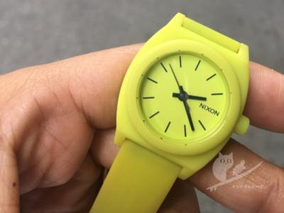 写真:大阪粉浜の松倉時計店で電池切れの時計をメンテナンス